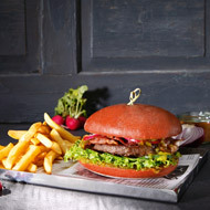 Red Love Burger con carne, bacon e relish di cetrioli